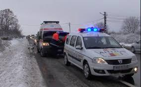 Ambulanță blocată în nămeți, în timp ce mergea să ia o gravidă. Femeia a născut acasă, ajutată de babele satului
