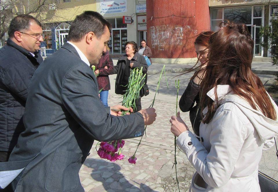 Senatorul Eugen Pîrvulescu, flori pentru doamnele şi domnişoarele din Alexandria