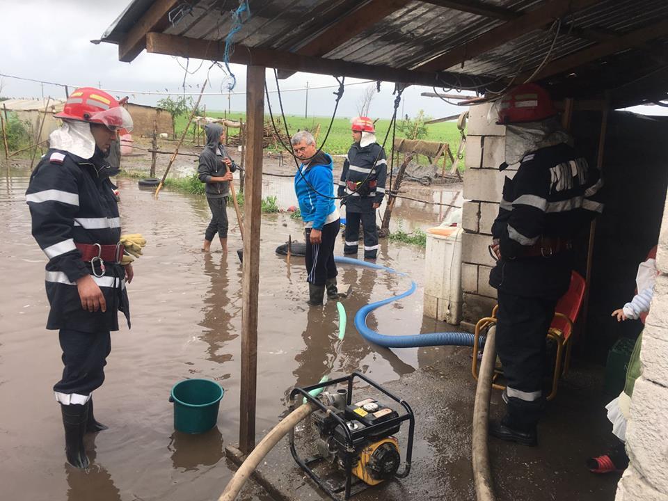 Gospodării inundate în comuna Năsturelu, din cauza precipitaţiilor abundente