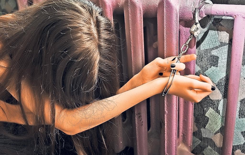 O familie de ţigani din Roşiori şi-a sechestrat fata de 18 ani de teamă că vrea să se mărite!