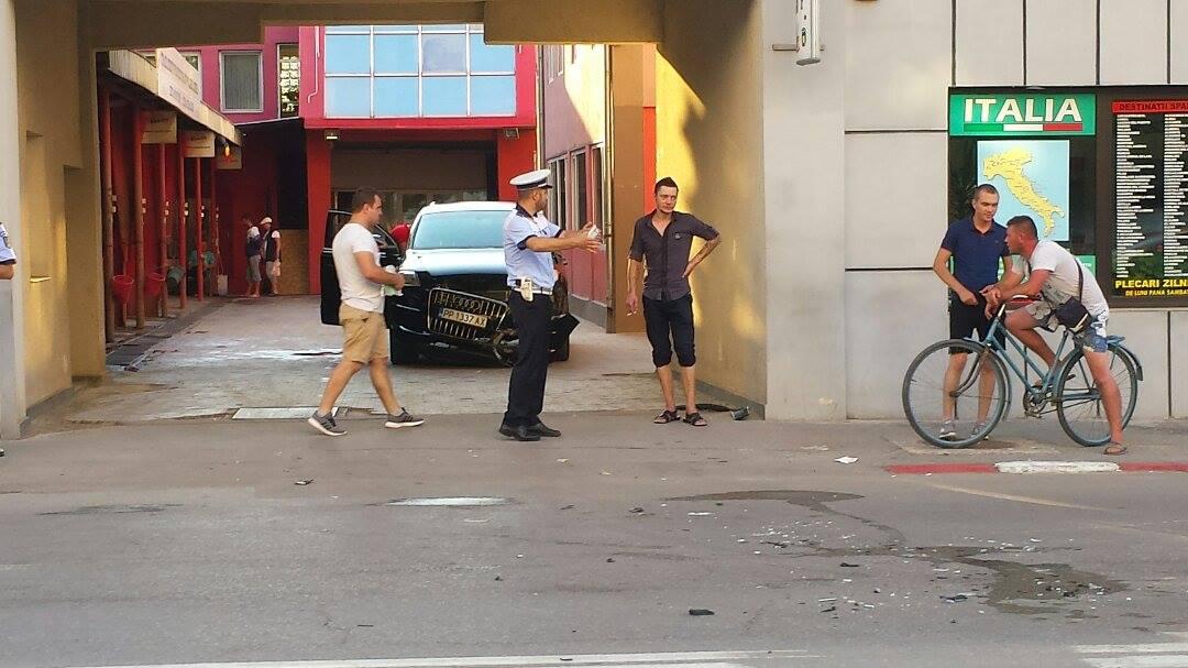 """Accident în Alexandria! Băut şi fără permis, un angajat de la o spălătorie a făcut """"zob"""" maşina clientului, un AUDI Q7"""