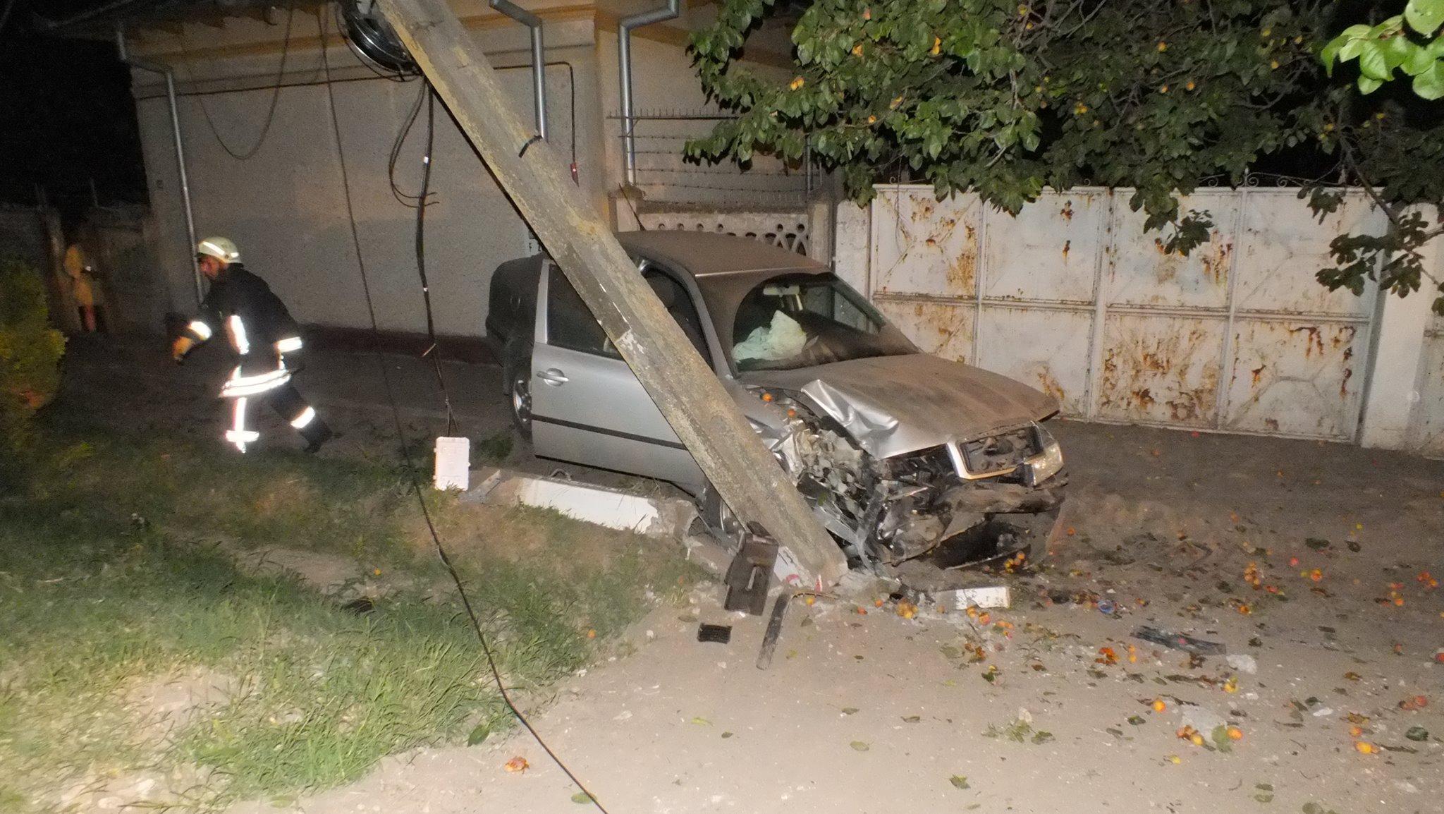 Teribilism sau prostie?! Un tânăr de 17 ani, fără permis și băut, la un pas de moarte, după ce a intrat cu mașina într-un stâlp electric