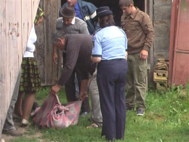 Tragedie la Țigănești! Un tânăr de 30 de ani s-a spânzurat de lanțul fântânii