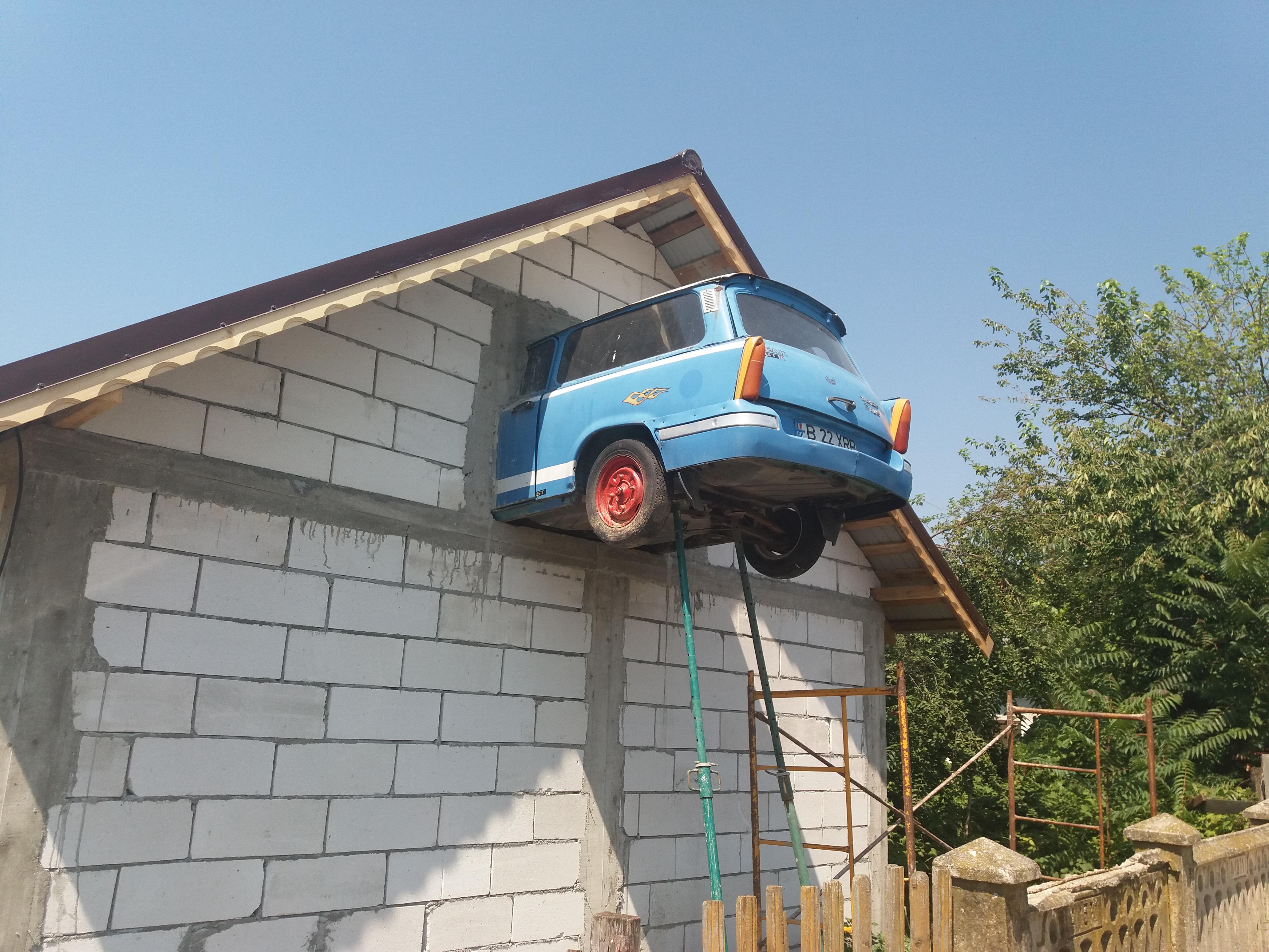 """INEDIT! Un tânăr din Bragadiru """"şi-a parcat"""" Trabantul, în podul casei!"""