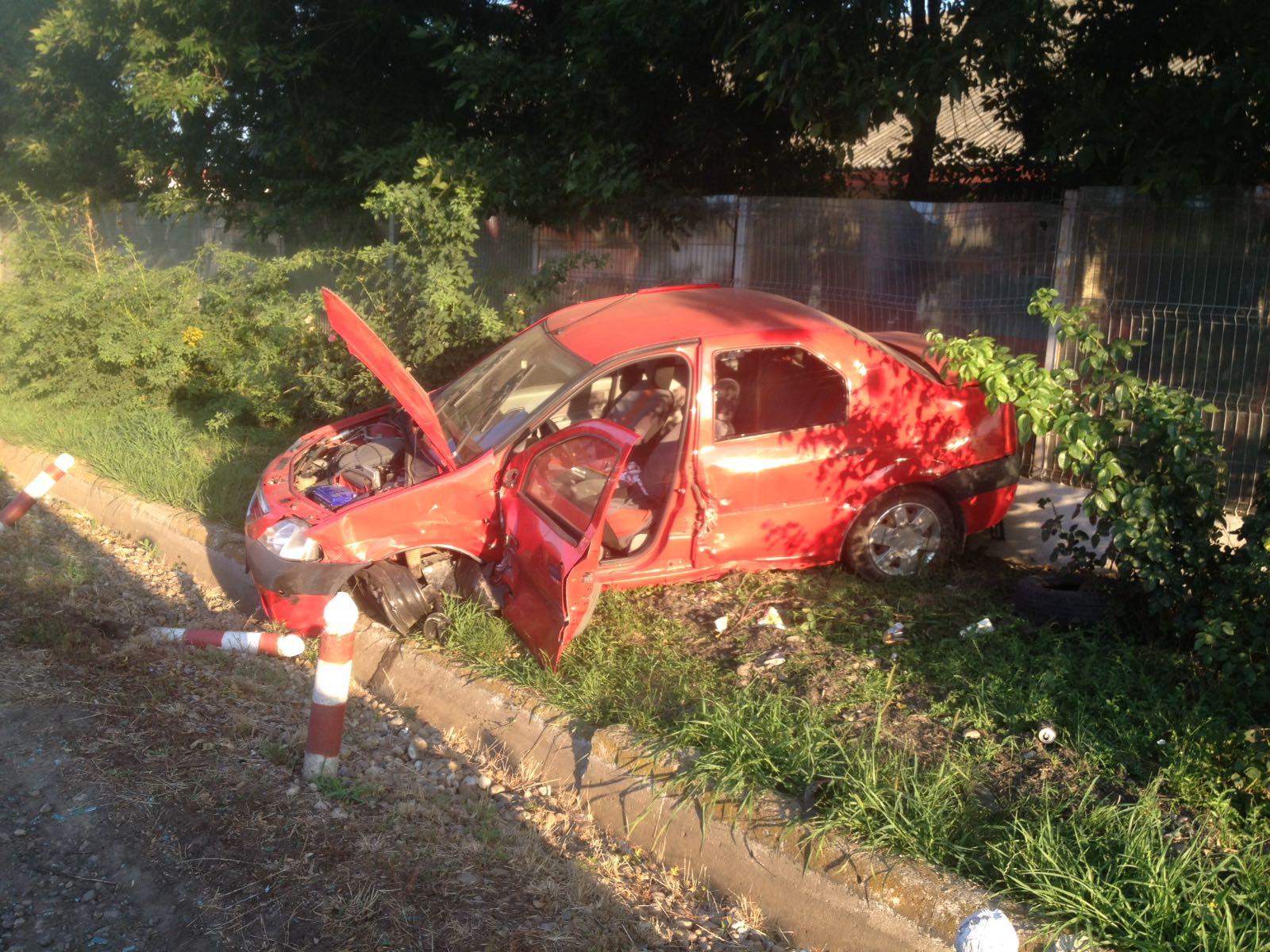 Accident cu 3 autoturisme pe E70. Unul dintre şoferi a rămas încarcerat