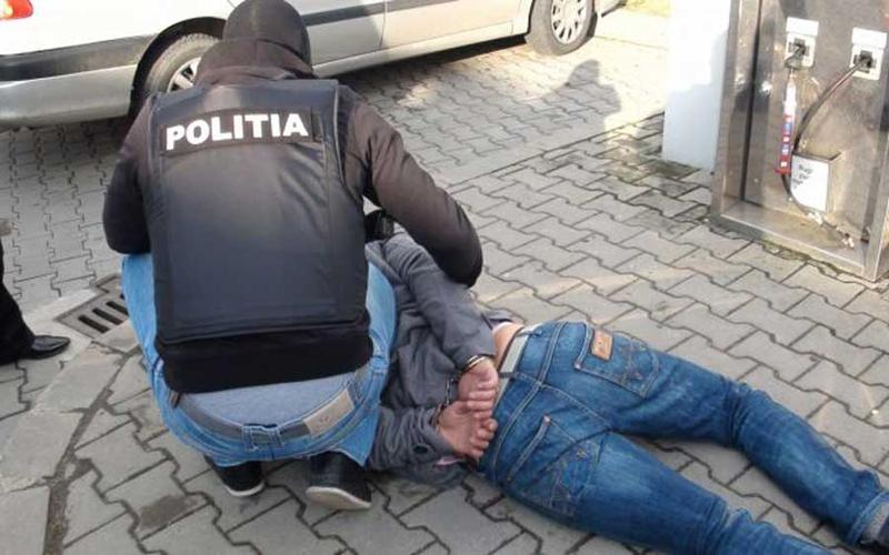 Un bărbat din Roşiorii de Vede, urmărit pentru proxenetism şi trafic de persoane, reţinut de poliţişti