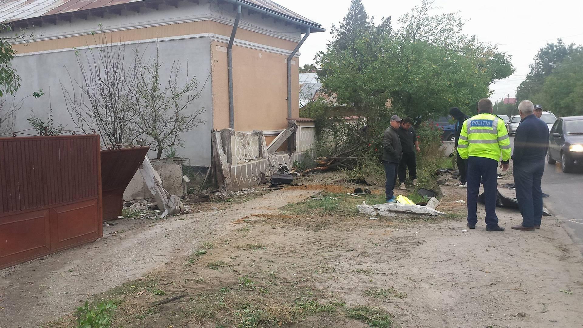 Accident mortal în Ţigăneşti. Şoferul a decedat după ce maşina a rupt un pom şi mai multe plăci de beton