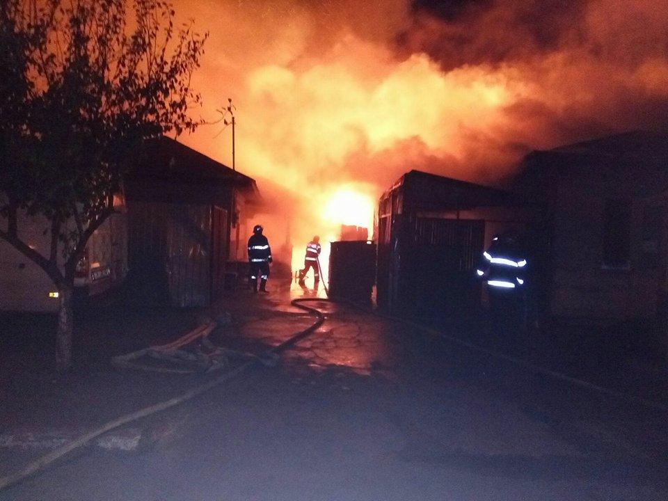 Incendiu puternic la Roşiorii de Vede. Focul s-a propagat şi la o gospodărie din apropiere