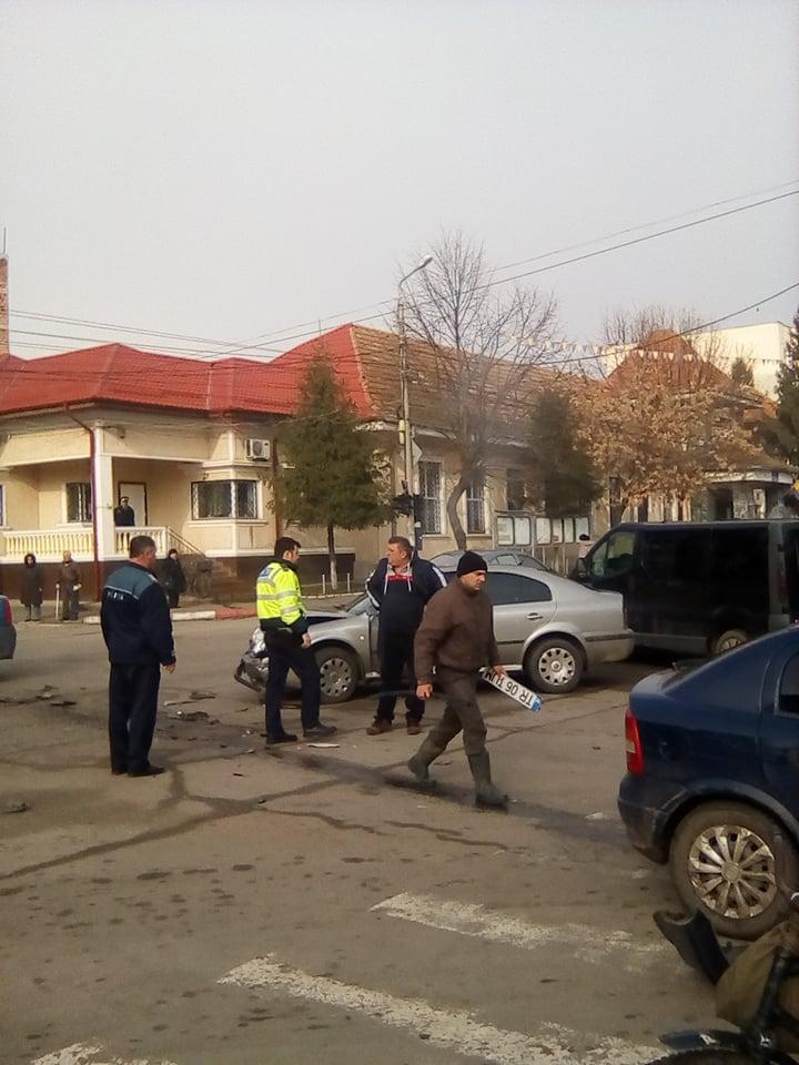 Accident soldat cu avarii ușoare, la intersecția de lângă primăria Roșiorii de Vede