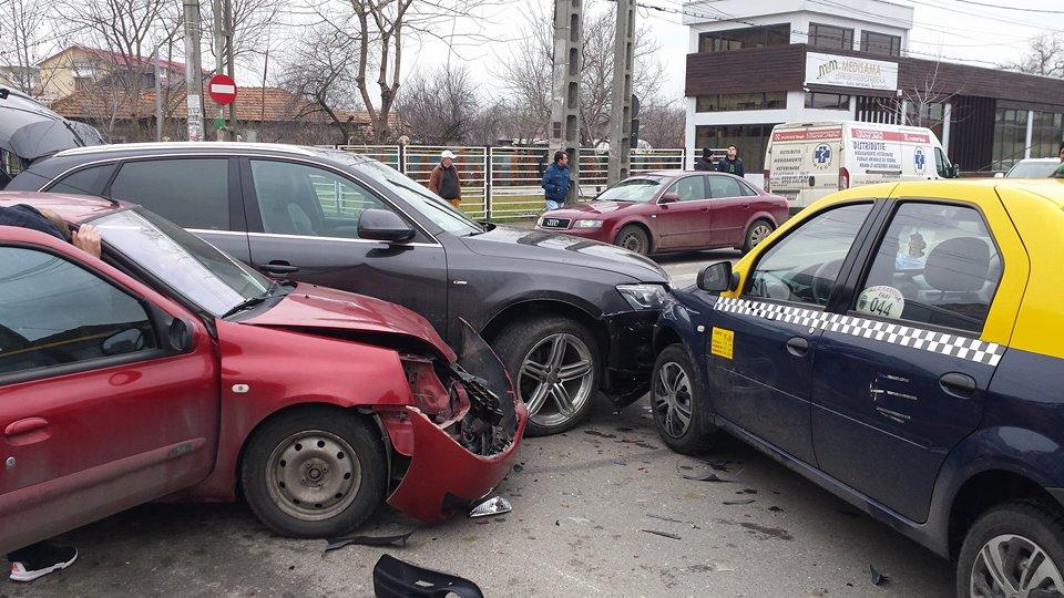 Accident în Alexandria, la intersecția străzilor Dr Stâncă cu Libertății. Trei autoturisme au fost  implicate iar o femeie a ajuns la Spital