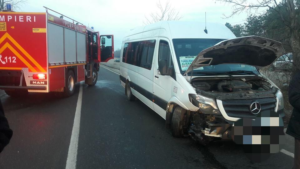 Accident pe E70, la Bujoreni. Un microbuz s-a ciocnit de un autoturism. Două persoane au făcut atac de panică