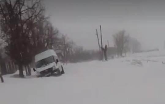 Zăpadă de un metru, în satul Meri, comuna Vedea. 300 de oameni sunt izolați de restul lumii