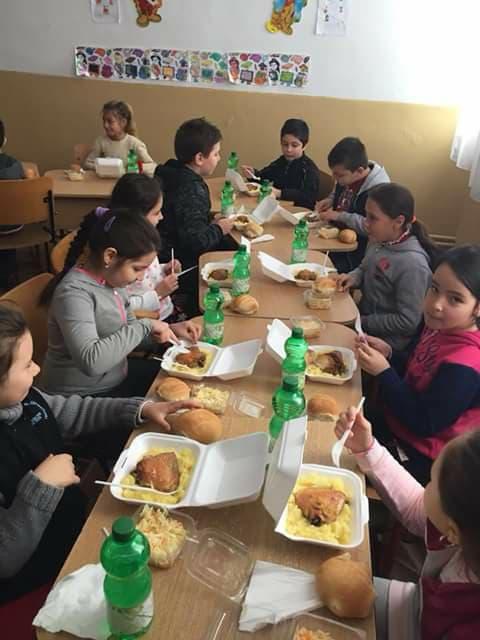 Elevii defavorizați din două școli roșiorene primesc hrană caldă