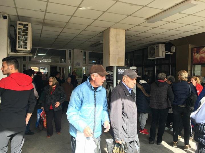 PROTEST: Primarul Drăgușin hulit de comercianții din Piața Centrală. Oamenii sunt revoltați de creșterea chiriei