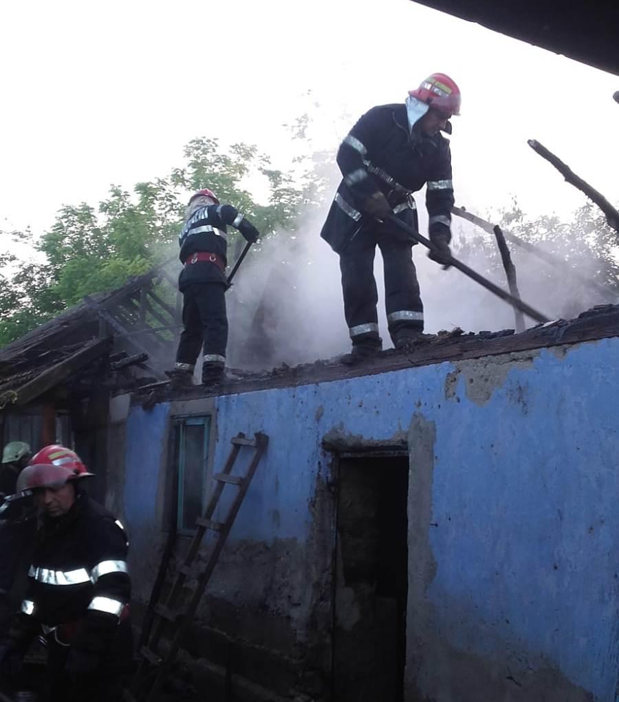 Ore de coșmar pentru pompieri! O locuință din Ciuperceni, în care se aflau trei butelii pline, a luat foc
