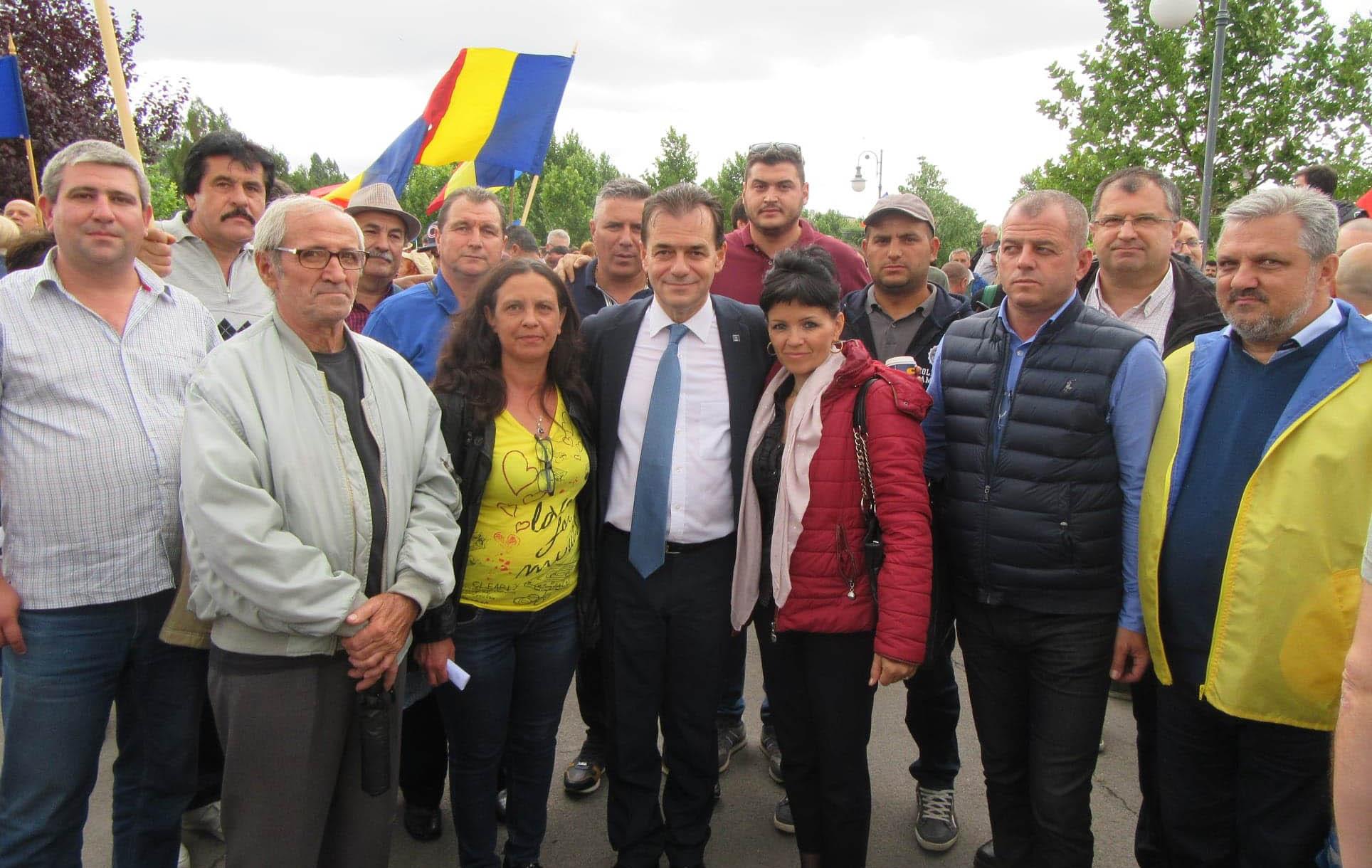 În ziua moțiunii, 200 de teleormăneni i-au cerut premierului Dăncilă să plece acasă, la Videle!