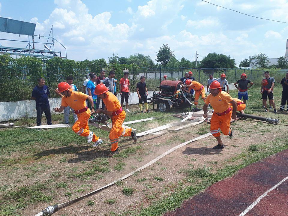 """Pompierii teleormăneni își demonstrează abilitățile la """"Concursul serviciilor profesioniste pentru situaţii de urgenţă"""", desfășurat la Slatina"""