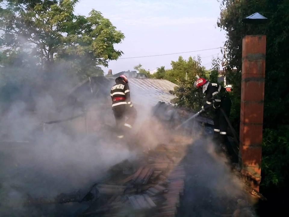 Incendiu la Nanov. Proprietarul a suferit arsuri, după ce a încercat să salveze câteva bunuri