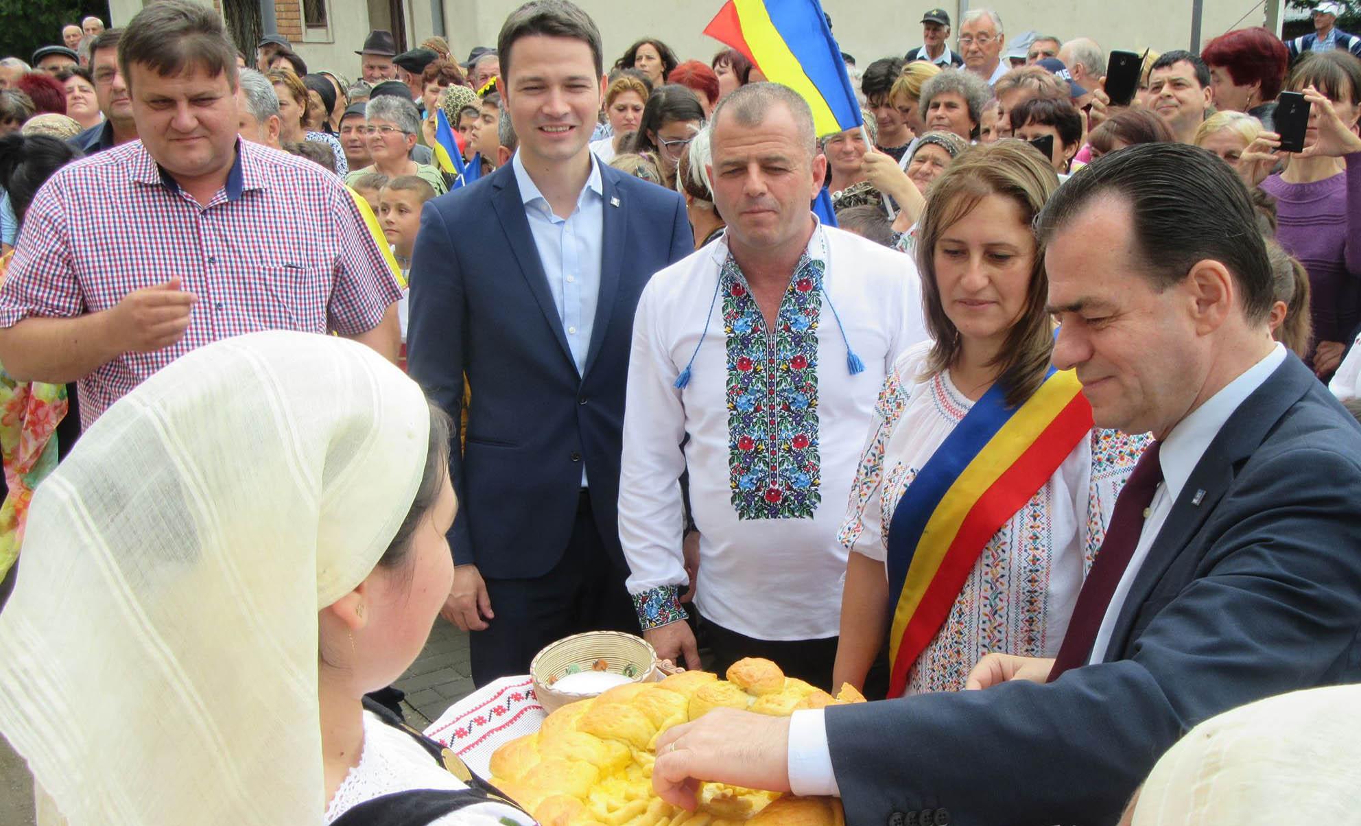 Spectacol de zile mari, la Suhaia, cu ocazia inaugurării Căminului Cultural. Ludovic Orban, întâmpinat cu pâine şi sare