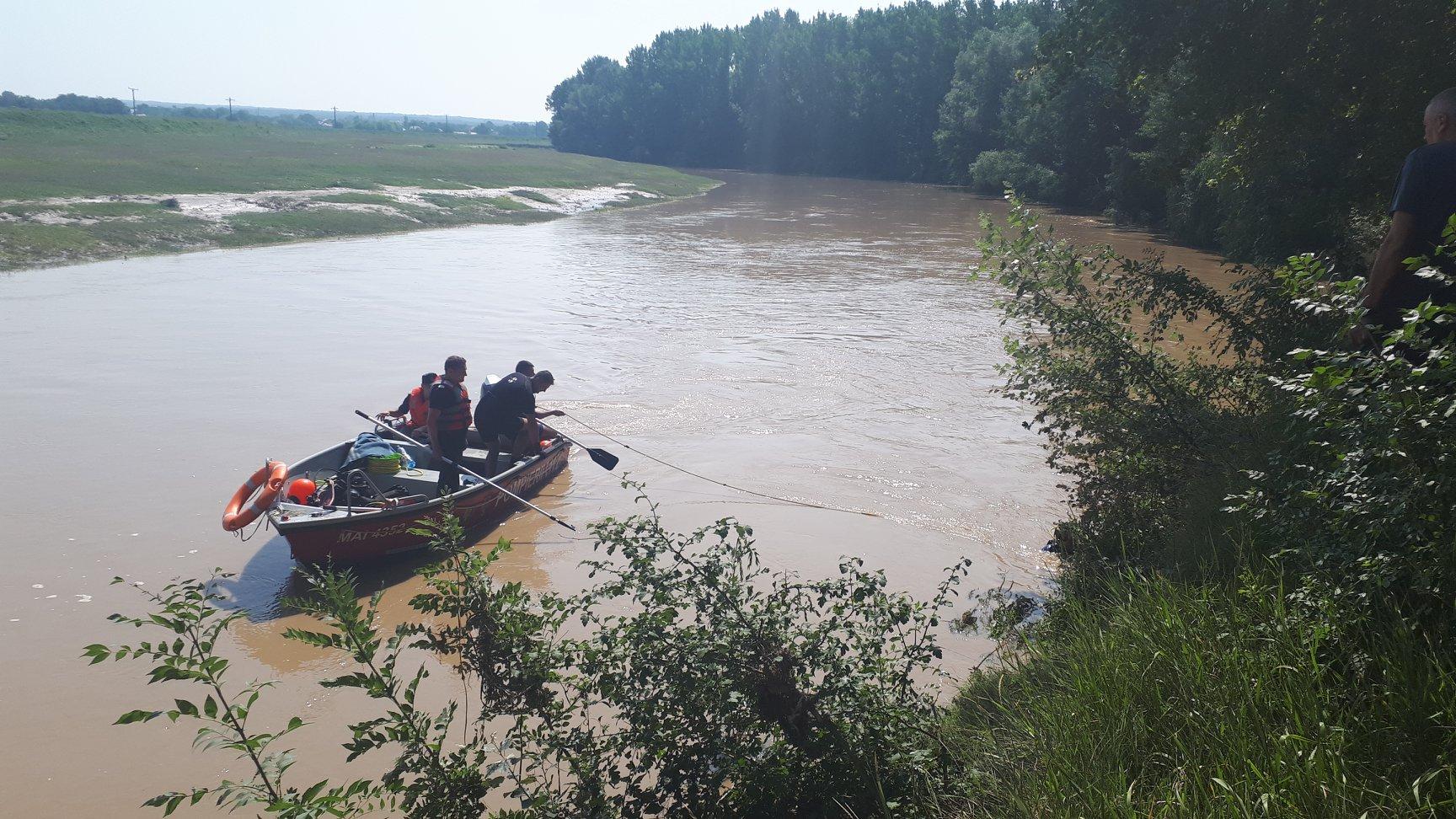 Bărbat de 26 de ani, din Târnava, căzut în râul Câlniştea. Pompierii au reluat căutările. Şanse minime ca omul să mai fie găsit în viaţă