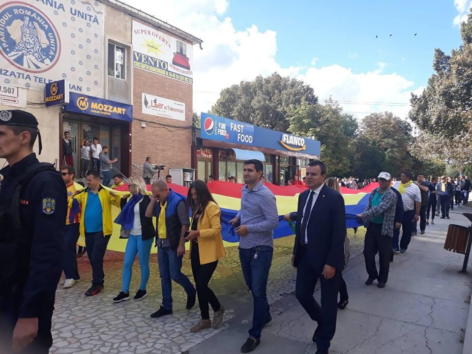 Senatorul Eugen Pîrvulescu și tinerii liberali au purtat pe umeri TRICOLORUL, în cadrul Campaniei inițiată de TNL