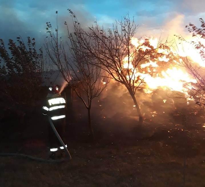 Incendiu provocat de fulger, la un depozit de furaje din comuna Traian