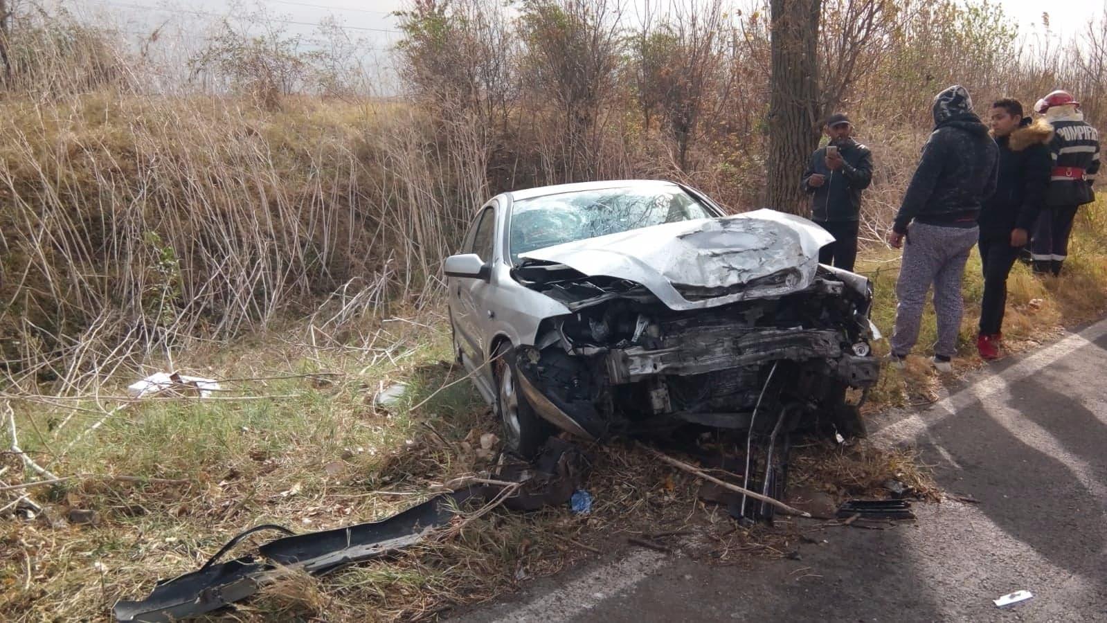 Accident cu cinci victime, dintre care doi copii, pe șoseaua Alexandria -Turnu. Șoferul a intrat cu autoturismul într-un pom