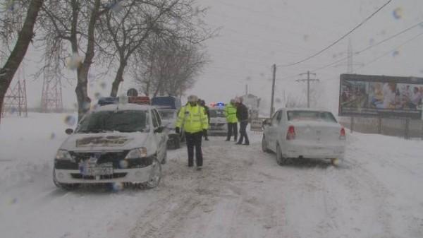 Zăpada face primele victime! O fată de 16 ani, din Beciu, a fost rănită în urma coliziunii dintre un microbuz și un autoturism