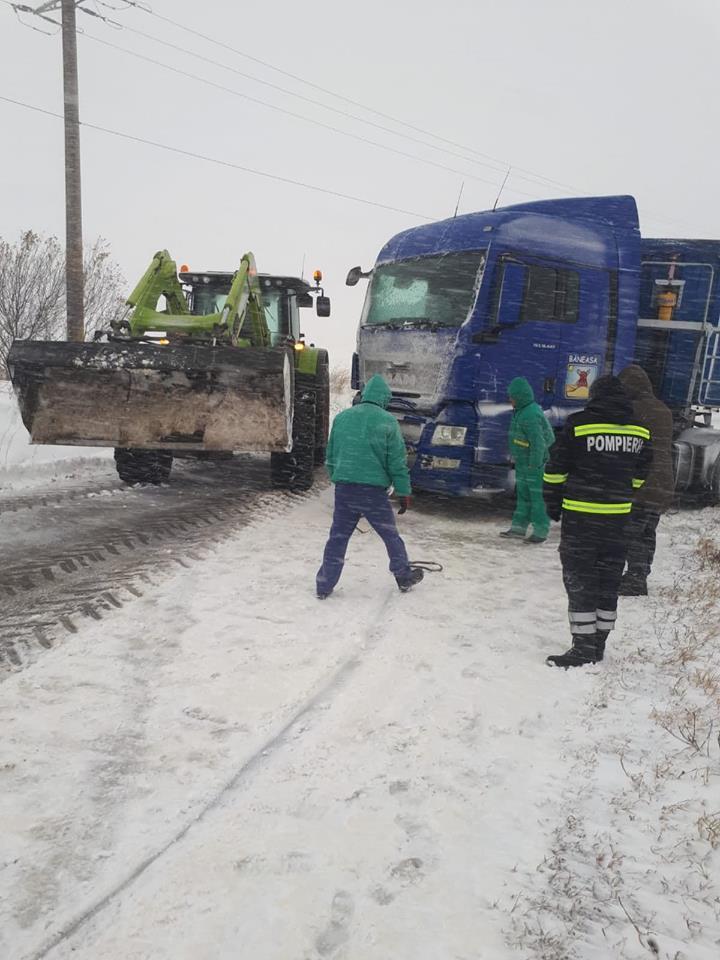 Zăpada aduce primele probleme! Un TIR a derapat între localitățile Merișani și Guruieni