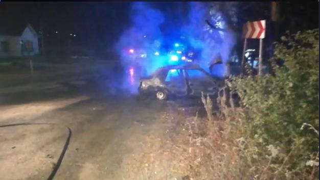 Un tânăr din Frumoasa, la un pas să ardă de viu, după ce autoturismul a luat foc la impactul cu un pom. Șoferul era băut