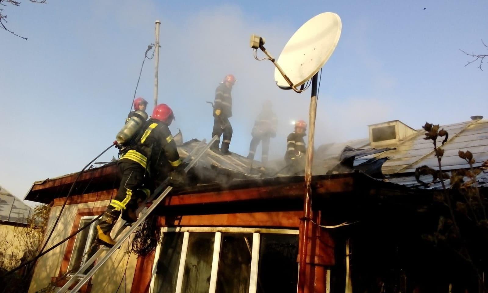 Incendiu la o casă din Frăsinet, provocat de un scurtcircuit la firul de la frigider
