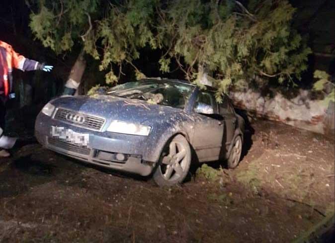 Trei tineri, la un pas de moarte. Șoferul a rămas blocat în mașină
