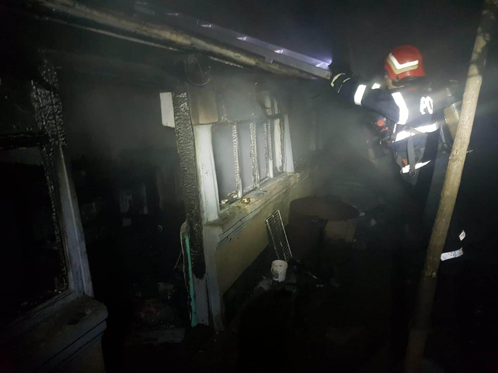 Doi bătrâni din Botoroaga au reușit să iasă la timp din casa cuprinsă de flăcări