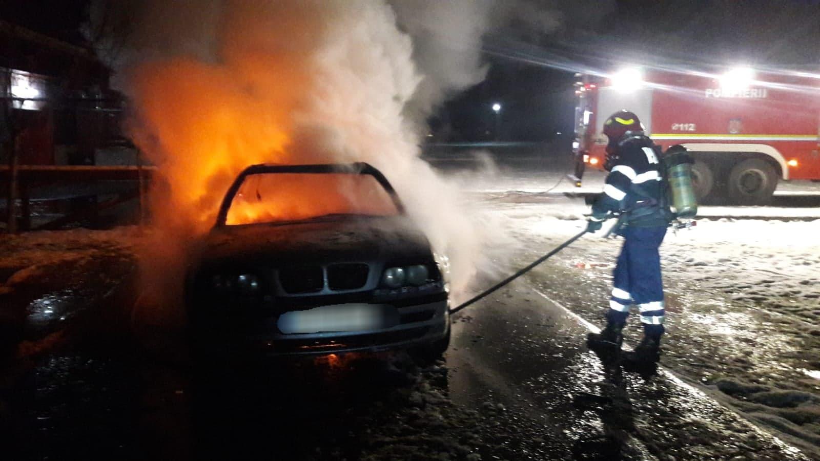 Doi tineri au reușit să se salveze la timp din autoturismul cuprins de flăcări