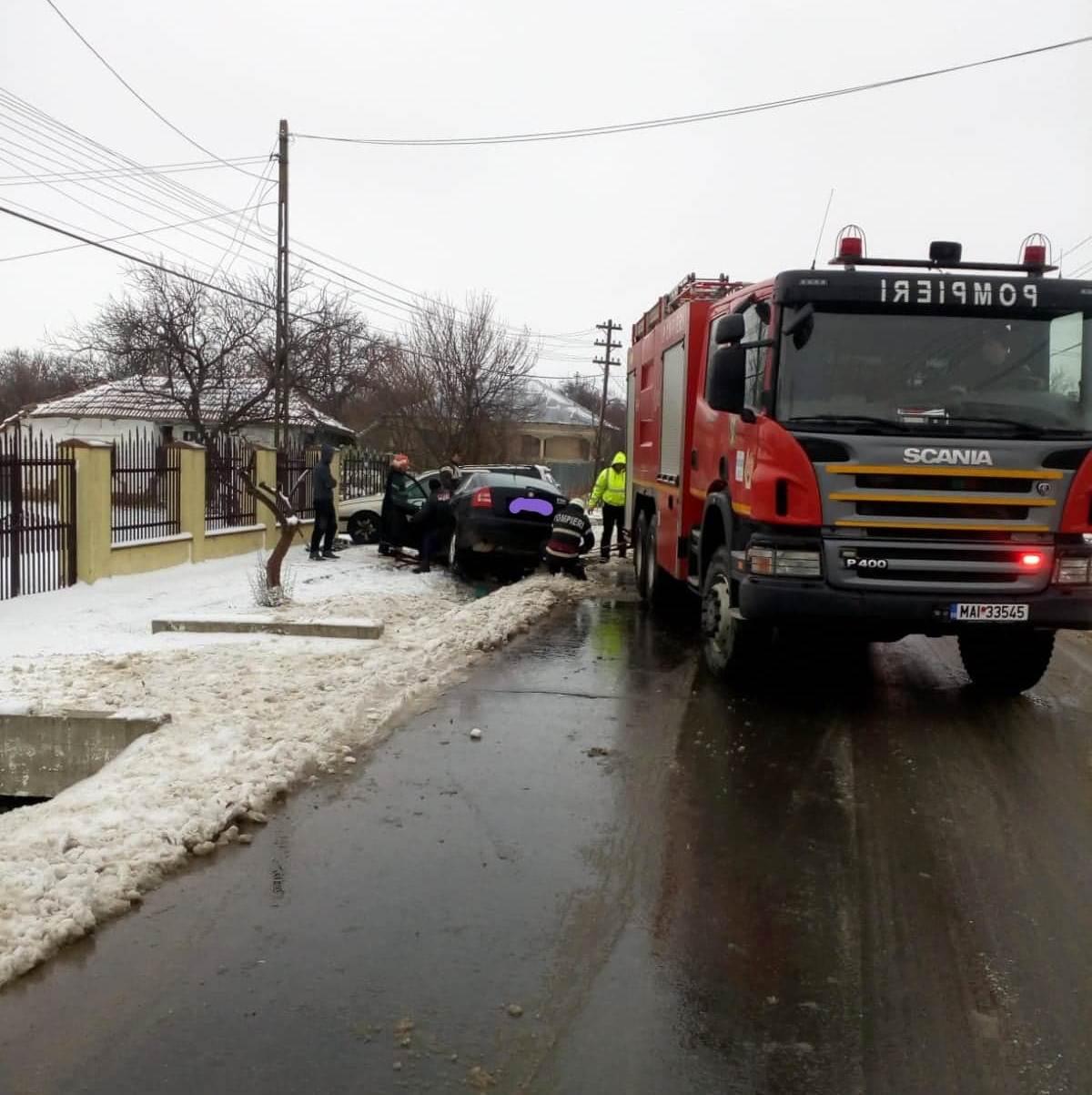 Trei autobuze și mai multe autoturisme au rămas blocate în zăpadă. Doi copaci căzuți pe șosea au întrerupt circulația pe DJ 503