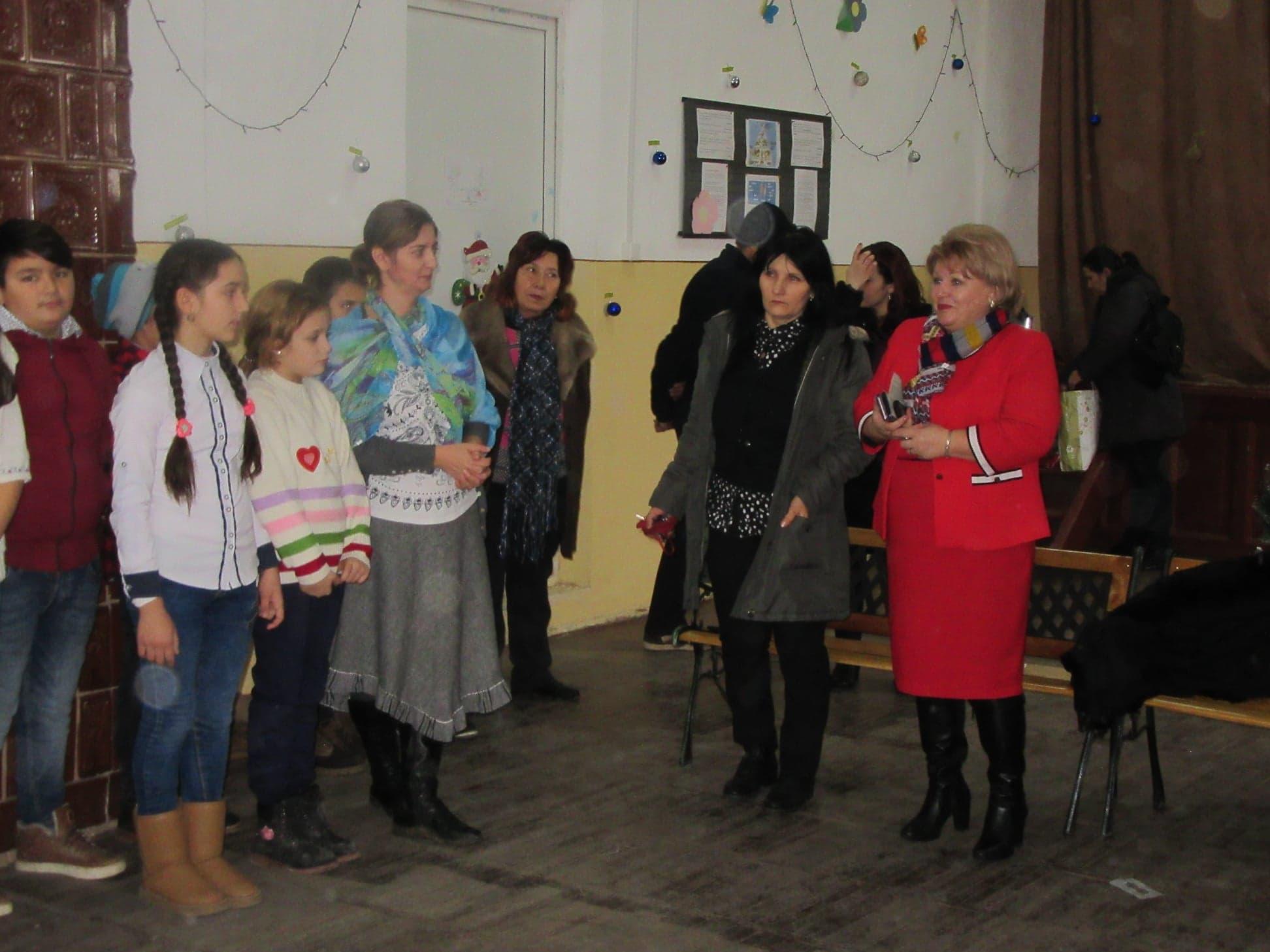 Copiii din Ştorobăneasa şi primarul Ioana Magereanu l-au aşteptat pe Moş Crăciun