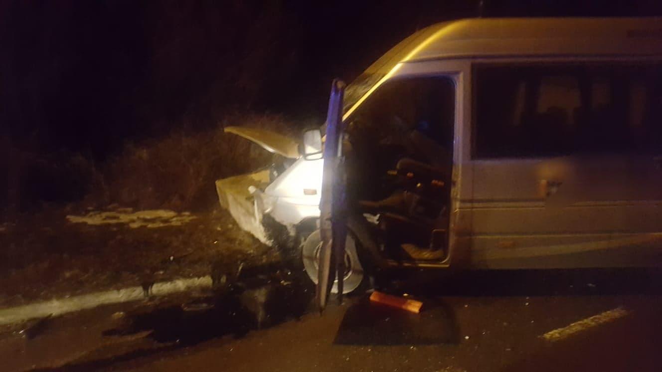 Accident teribil, la Turnu Măgurele. Un microbuz a intrat într-un parapet de beton. 9 persoane au ajuns la Spital