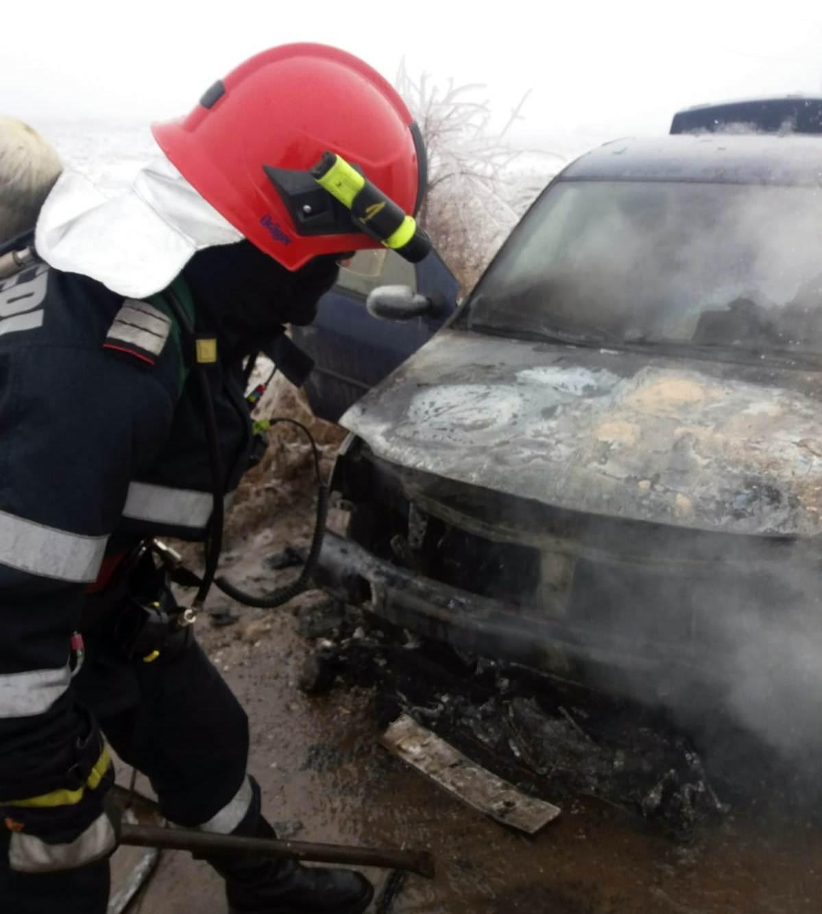 Autoturism în flăcări, la Videle. Un scurtcircuit ar fi provocat incendiului