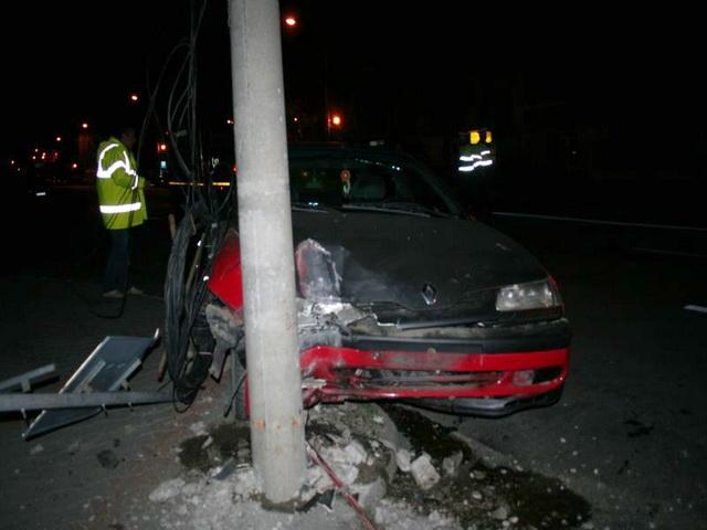 Pe fondul consumului de alcool, un tânăr de 21 de ani din Bujoru a intrat cu maşina într-un stâlp de electricitate