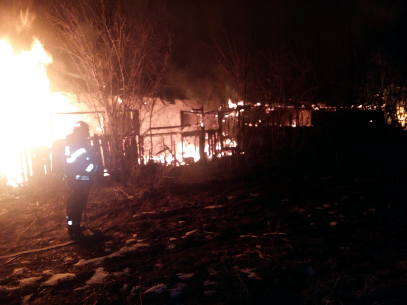 Incendiu violent, în satul Valea Cireșului. O butelie a explodat iar alte două au fost evacuate la timp de pompieri