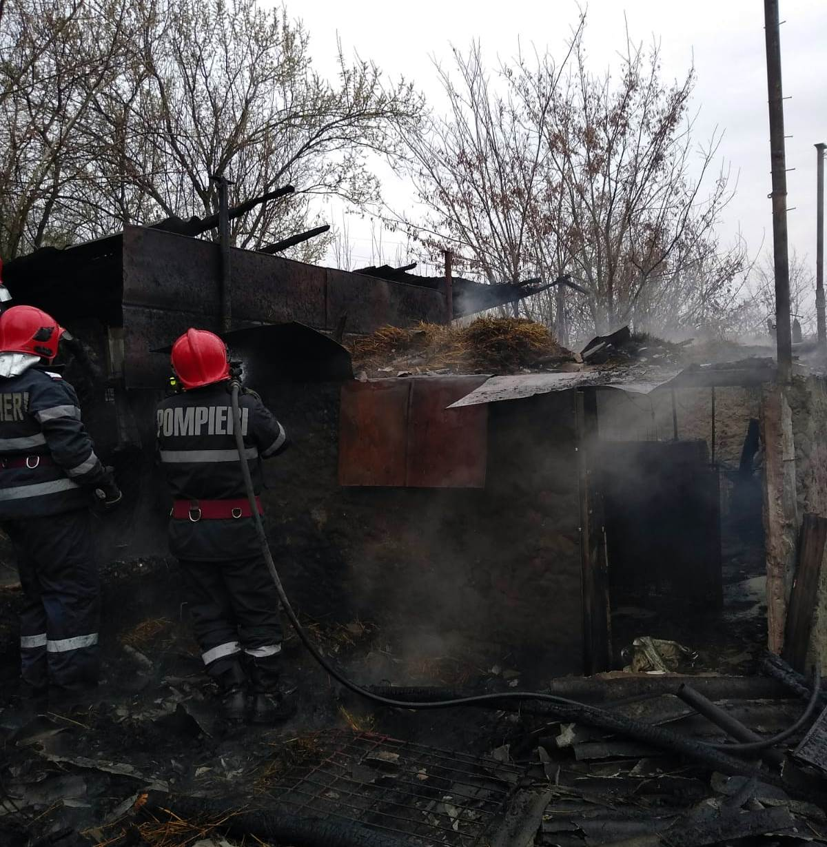 Gospodărie cuprinsă de flăcări, la Trivale Moșteni. Un scurtcircuit la rețeaua electrică, cauza probabilă a incendiului