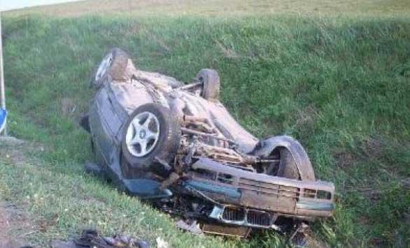 S-a răsturnat cu maşina în afara părţii carosabile