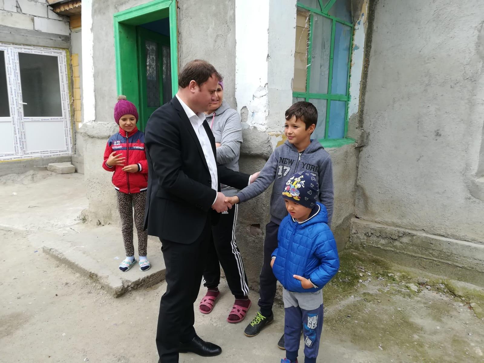 O viaţă mai bună pentru trei familii nevoiașe din Saelele. O altă familie, formată din 6 persoane, va primi ajutoare de urgenţă