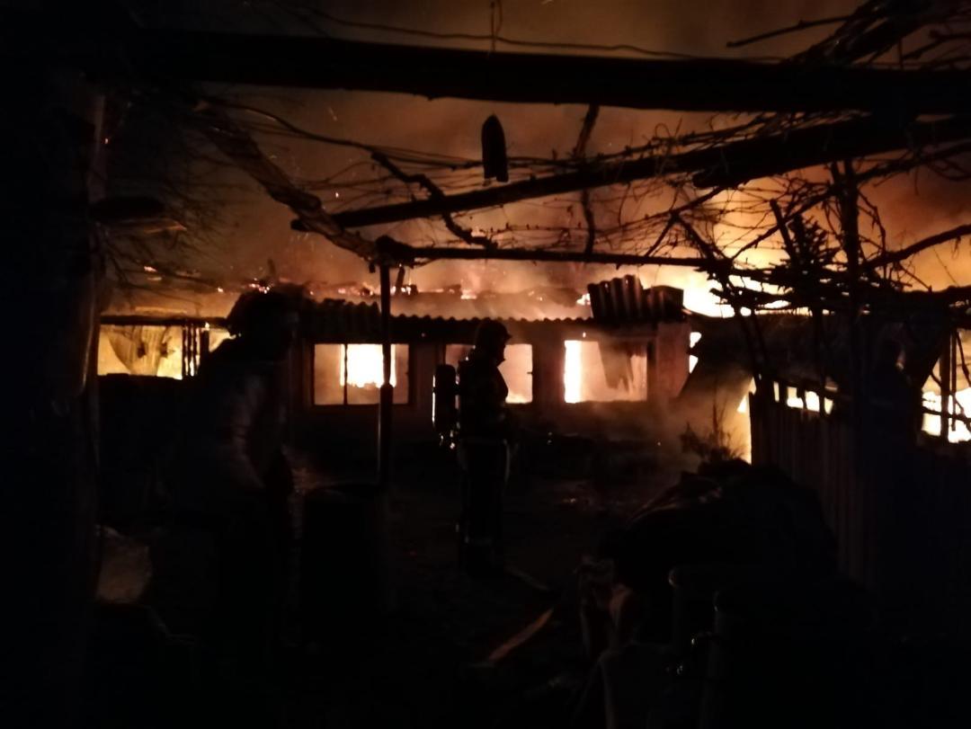 Incendiu devastator la Vârtoape. 3 copii şi 4 adulţi au reuşit să se salveze în ultima clipă