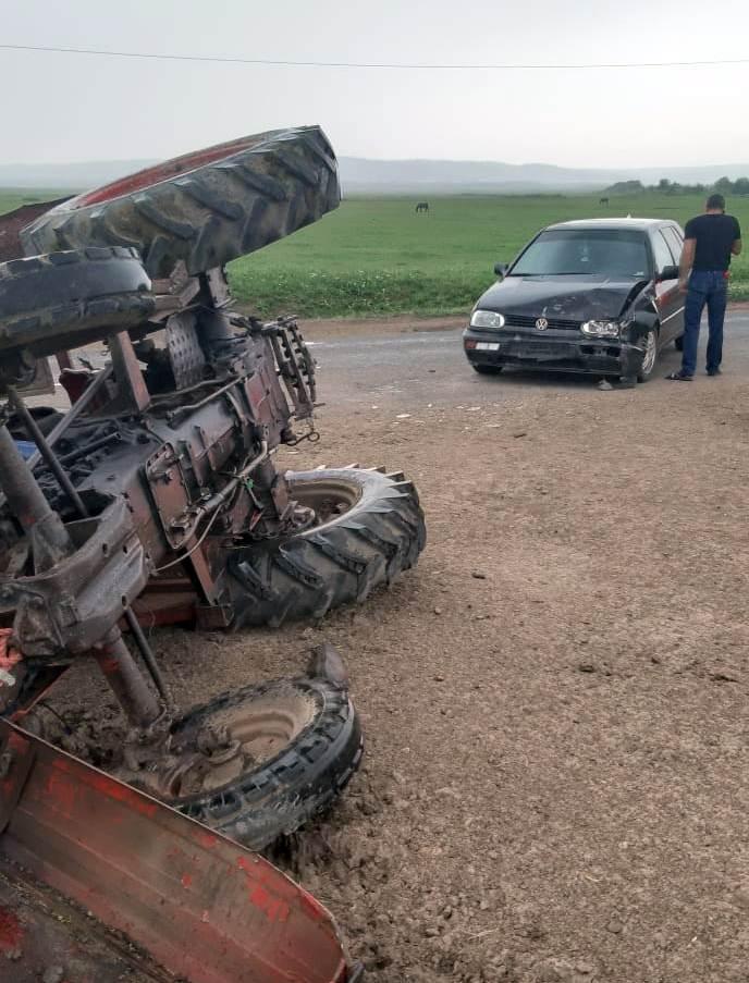 """O tânără de 26 de ani, """"şoferiţă"""" pe tractor, fără permis de conducere, pericol pe drumurile publice!"""