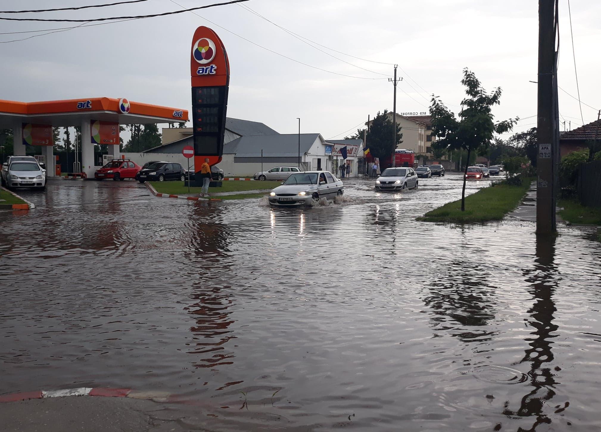 Alexandria, sub ape! Acoperiş luat de vânt, curţi inundate şi intersecţii blocate