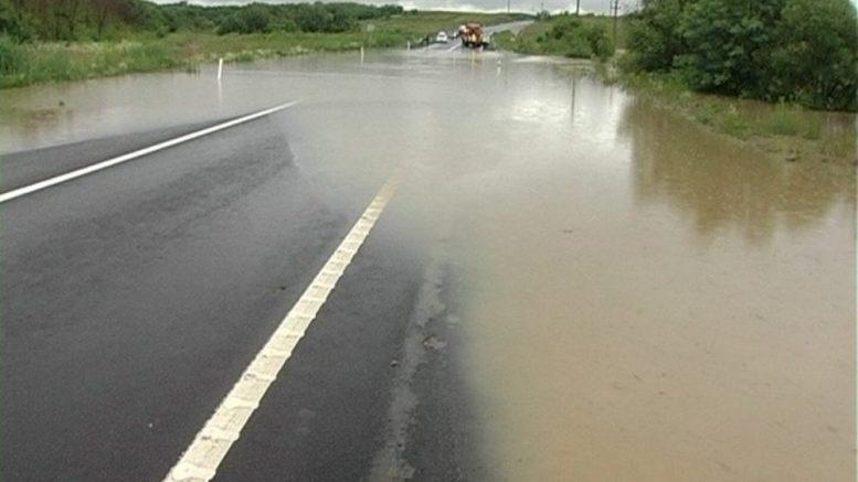 Trafic rutier blocat, la intrare în comuna Băbăiţa. Apa pe şosea măsoară 60 de cm, iar circulaţia a fost deviată