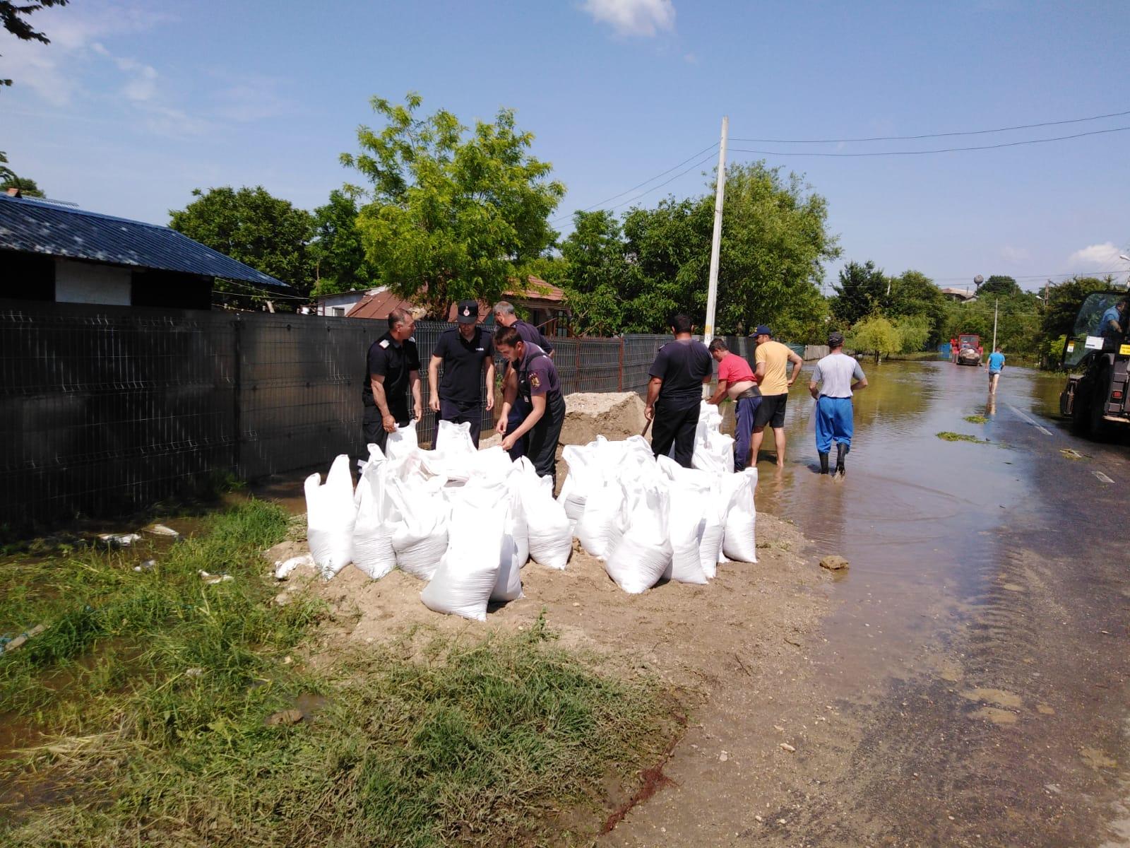 35 de gospodării au fost inundate în localitatea Băbăiţa. Pompierii pun saci cu nisip pentru protejarea caselor