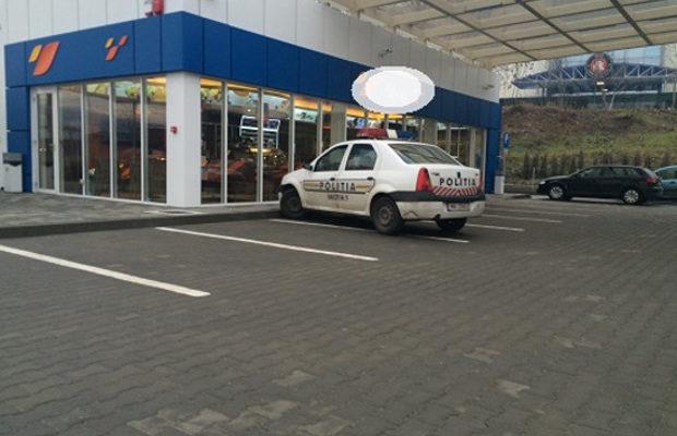 Un pereţean de 19 ani, băgat în arest. Poliţiştii spun că a furat plăcuţele de la o altă maşină şi a alimentat…gratis!