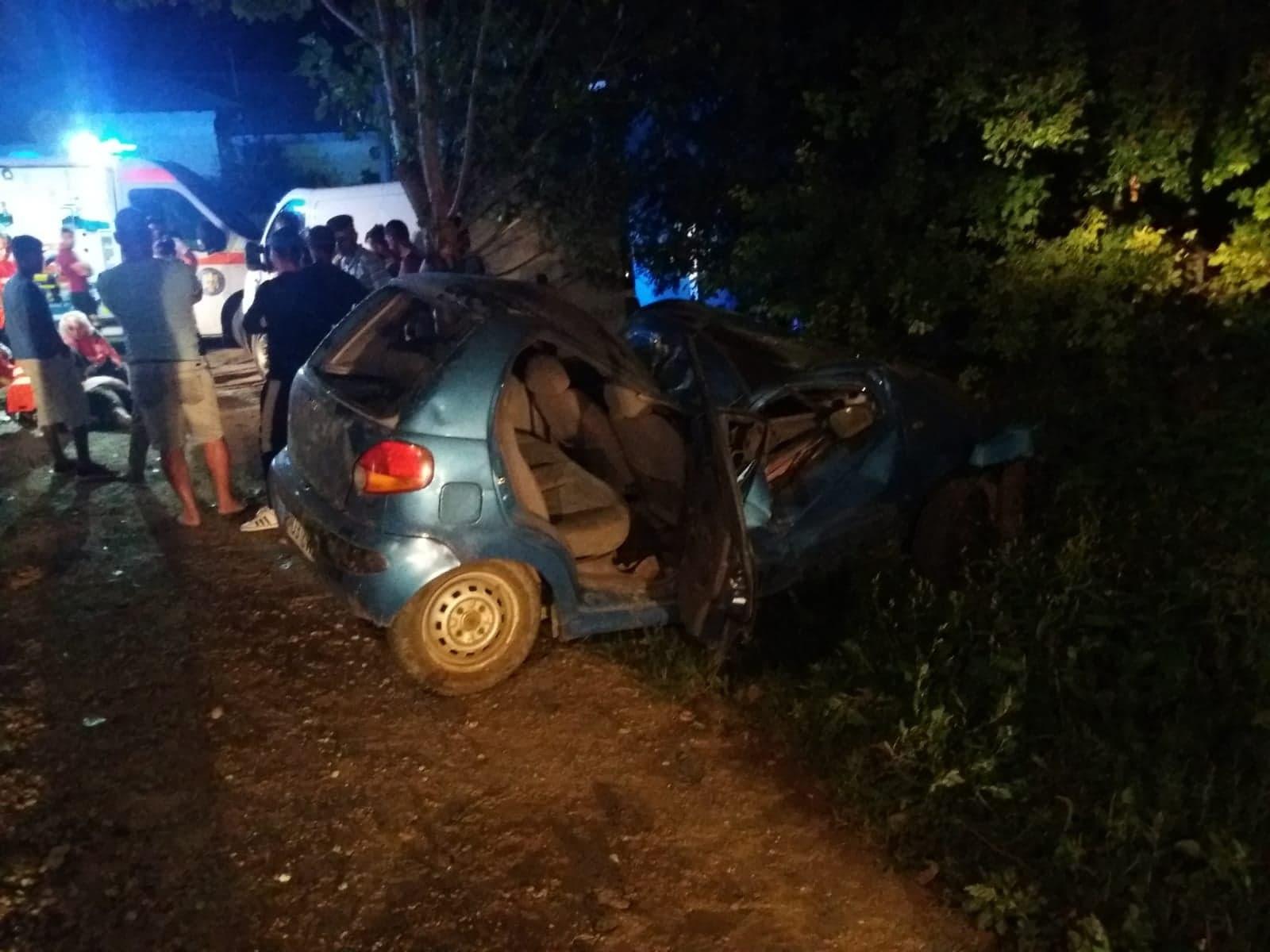 Accident mortal în comuna Pietroşani. Şoferul de 34 de ani a decedat pe loc, după ce autoturismul s-a izbit violent de un pom